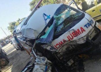 Mueren dos personas al chocar ambulancia con un tractocamión