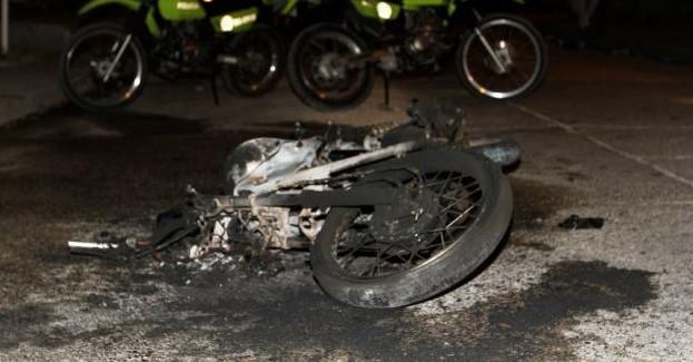 En los Cerezos queman moto a dos presuntos ladrones