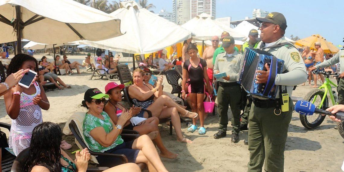 Con acordeón en el pecho y versos que salen del alma, Policía saluda a turistas en Cartagena.