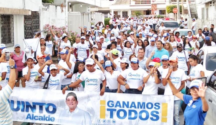 Con paso firme Quinto Guerra recorre las calles de Cartagena para llegar al Palacio de la Aduana.