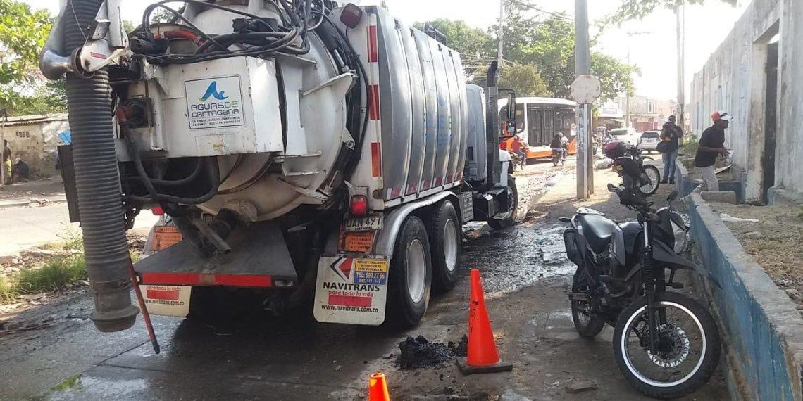 Aguas de Cartagena atiende emergencia en el Colegio Ciudad de Tunja.