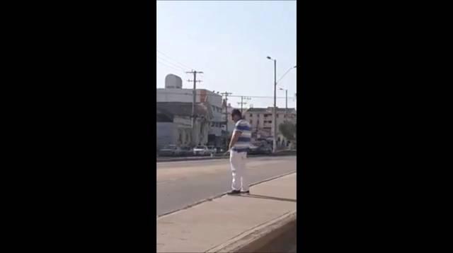 La Policía busca a un hombre que orinó en plena vía publica de Cartagena.