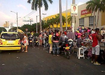 Autoridades buscan erradicar estaciones de motos de centros comerciales en Cartagena.