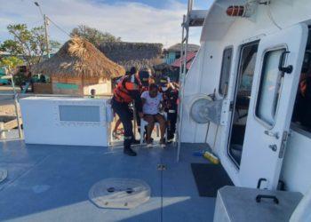 Hombres a bordo del ARC «Isla Pelícano» evacuan a una mujer enferma del Islote