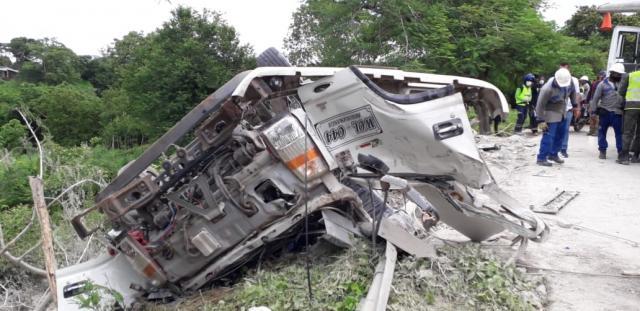 Choque de un camión contra un poste de energía dejó un muerto y dos heridos graves