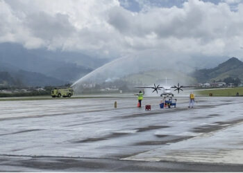 Con arco de agua recibieron primer aterrizaje comercial en el aeropuerto La Nubia